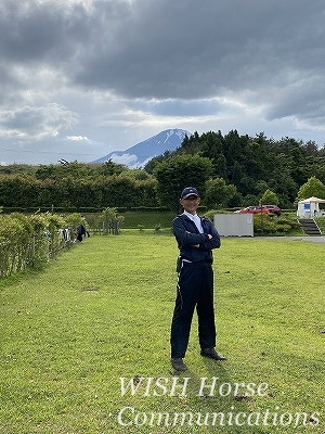 富士山の前でポーズ