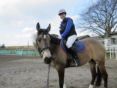 体験乗馬で馬と触れ合う