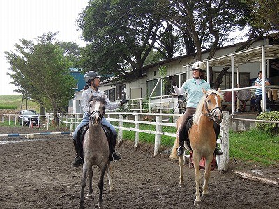 乗馬の馬同士でもバトンをパスパス