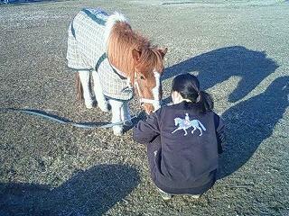 馬とないしょ話?