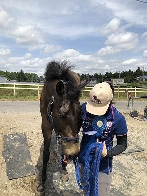 馬と喜びを分かち合う