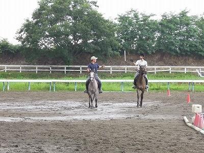 乗馬駈歩でバトンをパスしてキャッチ