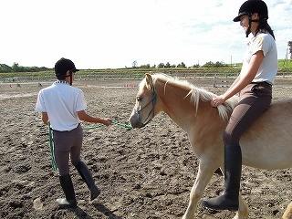 乗馬で馬の温かさを体験してね