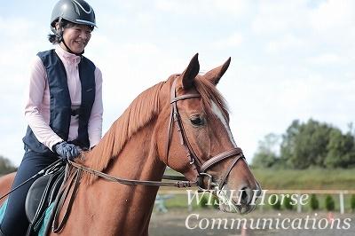 馬と微笑みあう乗馬