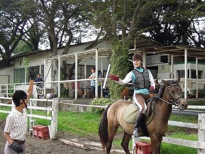 乗馬でバトンをパスキャッチ