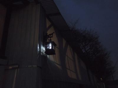 暖かい春の宵闇、夕暮れの乗馬クラブ