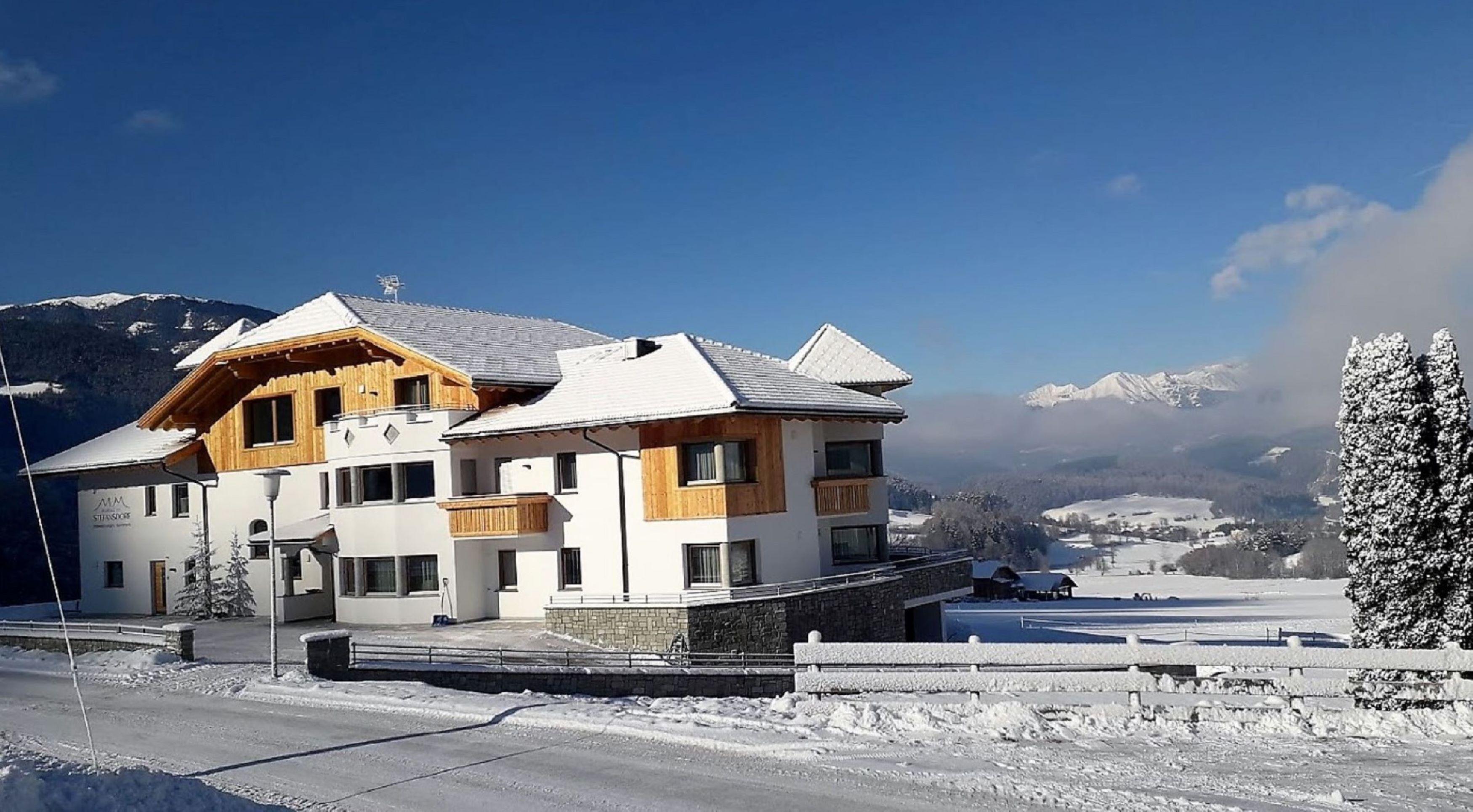 Unser Haus liegt auf 950 Höhenmetern und weit ab von Lärm und Getöse, von Massentourismus und Hektik, aber in unberührter Natur und doch nicht weit vom Hauptort des Pustertales, der Stadt Bruneck, mit unzähligen Einkaufsmöglichkeiten.
