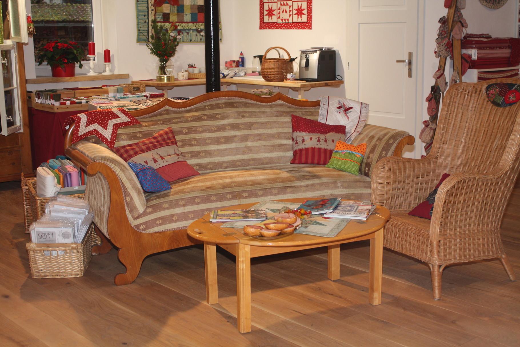 Ein gemütliches Sofa läd zum Verweilen ein