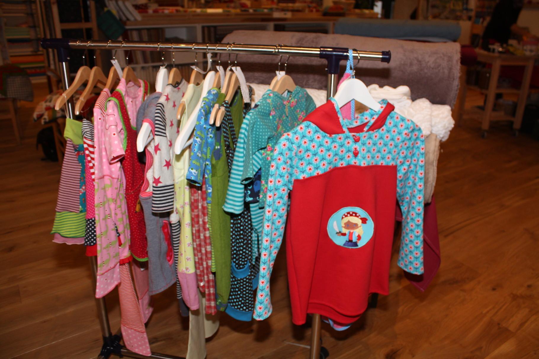 Niedliche Kinderbekleidung