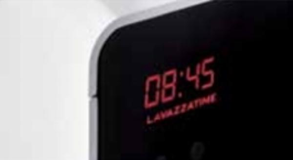 L'orologio con scritta LAVAZZATIME per scandire il tempo di ogni pausa caffè