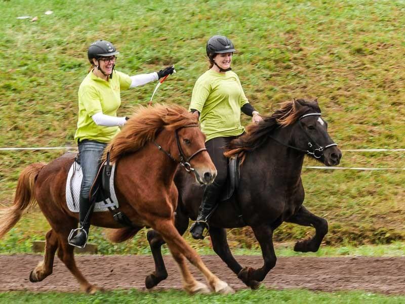 Viel Spaß hatten Vera auf Gandur und Lena auf Keilir bei ihrem Sieg im Bänderrennen, bei dem die beiden Reiterinnen ihre Verbindung über das Band nicht verlieren dürften.
