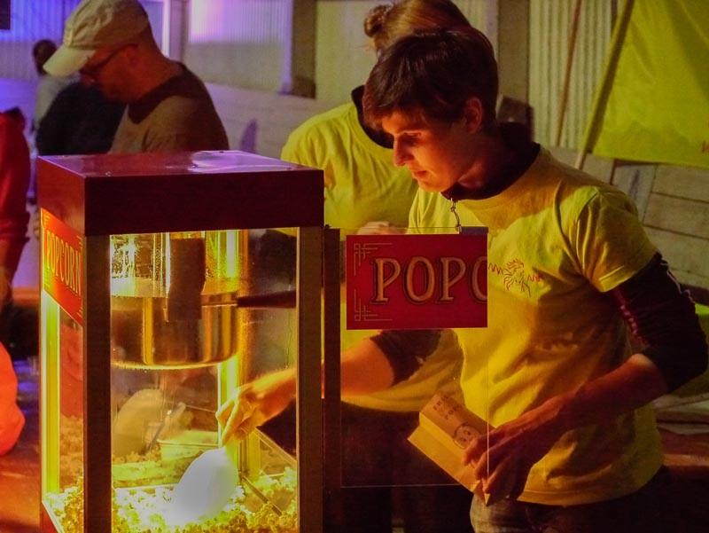 Anke bei der Popcorn-Produktion