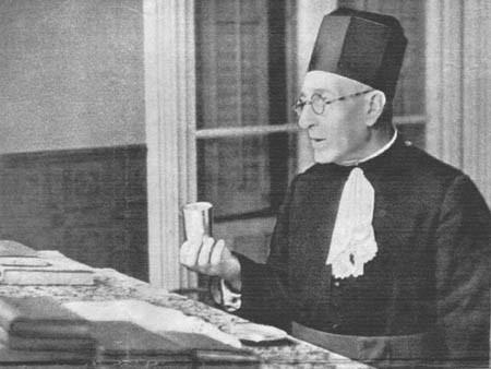 He aquí una foto nada vulgar. representa al rabino Najum en el momento en que oficia en el recinto de la sinagoga de Barcelona .