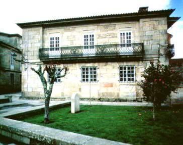 """Na praza de Santa María existe unha placa que lembranza que nese lugar estaba o antigo cemiterio xudeu. A esa zona da praza coñecesele como """"Lampán dous Xudeos""""."""