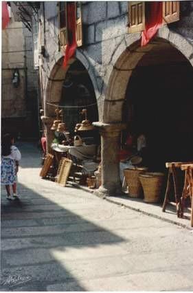 Posto de artesanía cesteira xudea frente a Sinagoga