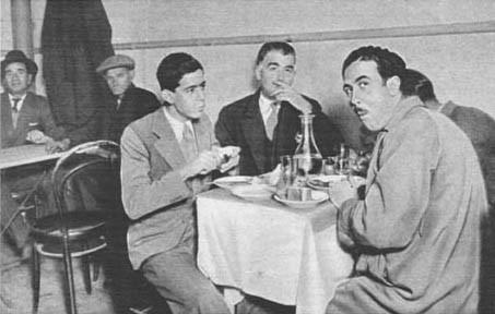 En las comidas beben vino, pero muy poco. Entre los hebreos rara vez se dan casos de alcoholismo. Son bastante abstemios.  Reunidos para comer en uno de los restaurantes hebreos de Barcelona