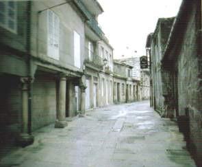 A emprazamento do barrio hebreo estaba entre o actual parador de turismo (casa do Barón) e a Igrexa de Santa María, abarcando as rúas Rúa Alta, Platerías Vellas, Amargura, e Tristán de Montenegro.