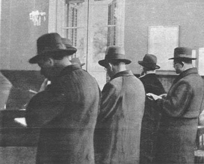 Esta otra fotografía del interior de la sinagoga aumenta el valor documental de aquella en que reproducimos el momento de la oración rabínica. Los hebreos en la sinagoga siguen el cántico lento que inicia el rabino oficiante.