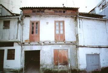 Aínda se sabe moi pouco dos xudeus asentados en Betanzos aínda que o seu número debía de ser considerable se temos en conta que a Inquisición instalouse temporalmente, para realiza-los seus ofícios ós xudeus conversos, no número nove da rúa da Preto.