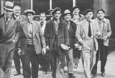 """Un grupo de israelitas sale del bar Griego, donde se congrega parte de la colonia de Barcelona, que juegan a las cartas, al dominó y a un juego turco que se llama """"taolah""""."""