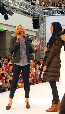 Judith Alwin mit Topmodel Rebecca Mirr auf großer Bühne