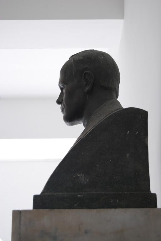 Busto de Alberto Arango Uribe, uno de los tres fundadores de Bellas Artes.