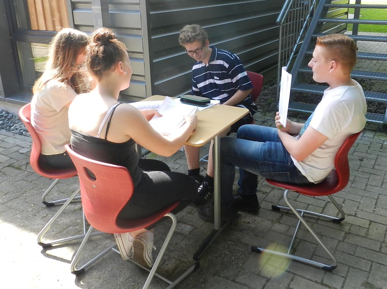 Jill, Jaqueline, Sören und Felix auf der Suche nach ihren individuell-optimalen Lerntechniken.