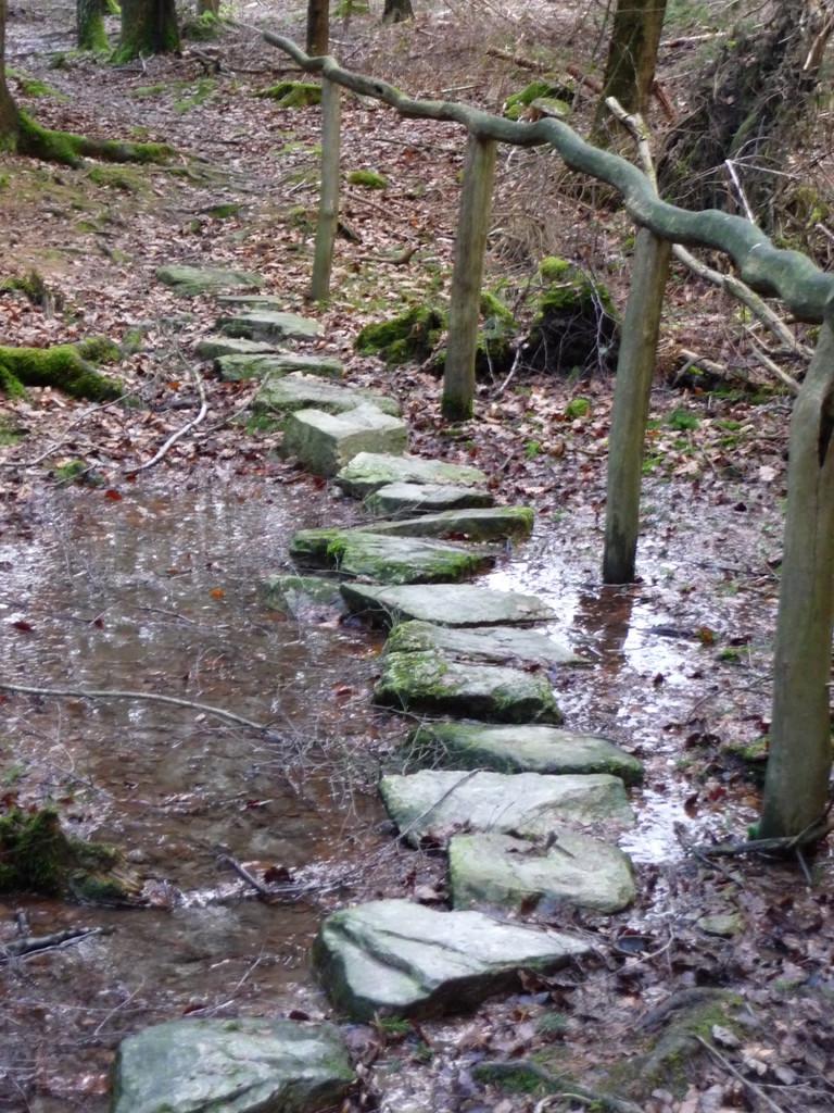 malerische Pfade entlang von Bächen und Stegen