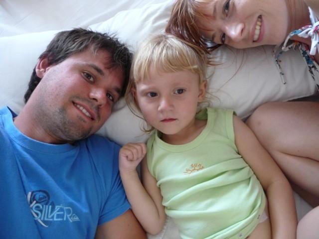 kuscheln mit mama und papa bei der mittagsruhe (noch fiebrig)