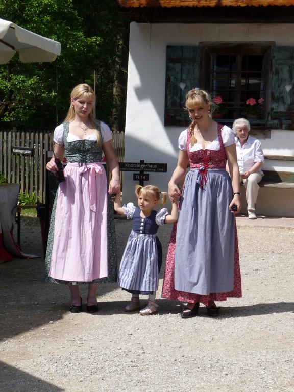 Hier geh ich mit meinen Tanten Reinhild und Siglind spazieren