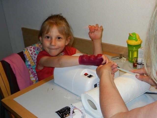Nägel lackieren auf der Reha Mai 2012