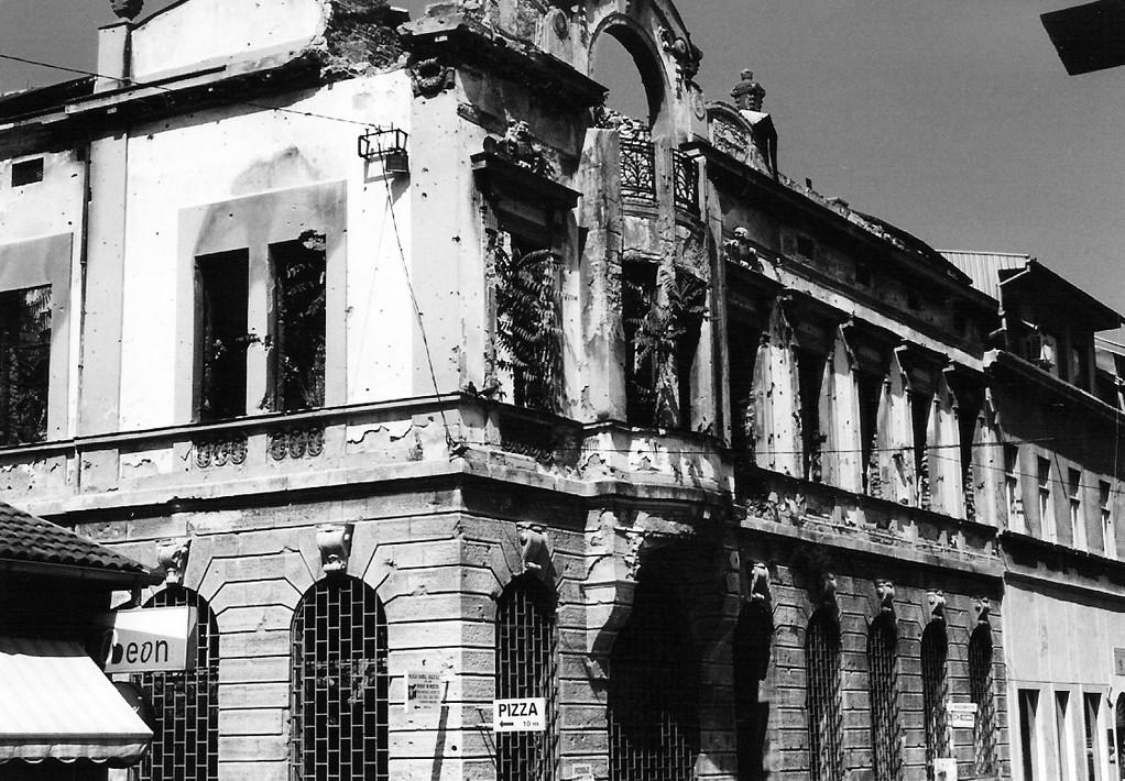 Die Bilder zeigen zerschossene Häuserfronten in der Stadt Mostar