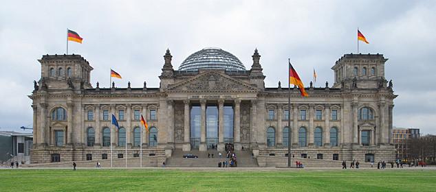 Der Reichstag: Der Bau wurde von dem Architekten Paul Wallot 1884 bis 1894 im Stil der Neorenaissance errichtet. Vor dem Gebäude weht die 60 qm große Fahne der Einheit, die größte offizielle Flagge der Bundesrepublik Deutschland