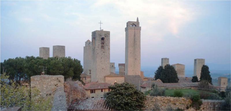San Gimignano besitzt noch heute einige der mittelalterlichen Geschlechtertürme, die in anderen Städten nur als Stümpfe erhalten blieben.