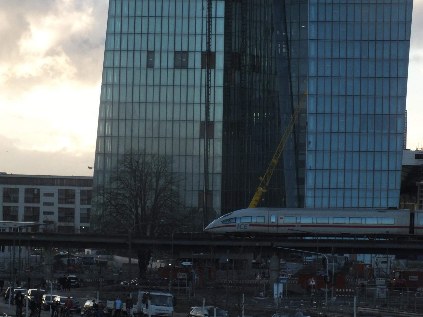 EZB mit davor verlaufender Schienentrasse