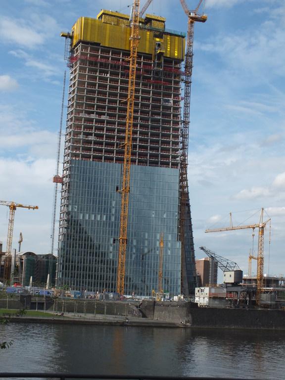 Blick vom Deutschherrenufer auf den Bau der neuen EZB auf der Norseite des Mains (Ostend)