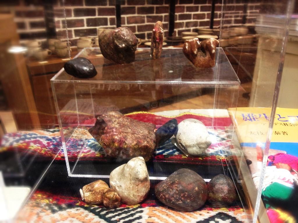 ペルー・クスコの、祖霊の住む大地への豊穣祈願&返礼儀礼に使われる石。展示は牛と羊だといわれる。(持ち主:岡本年正さん、人類学研究)