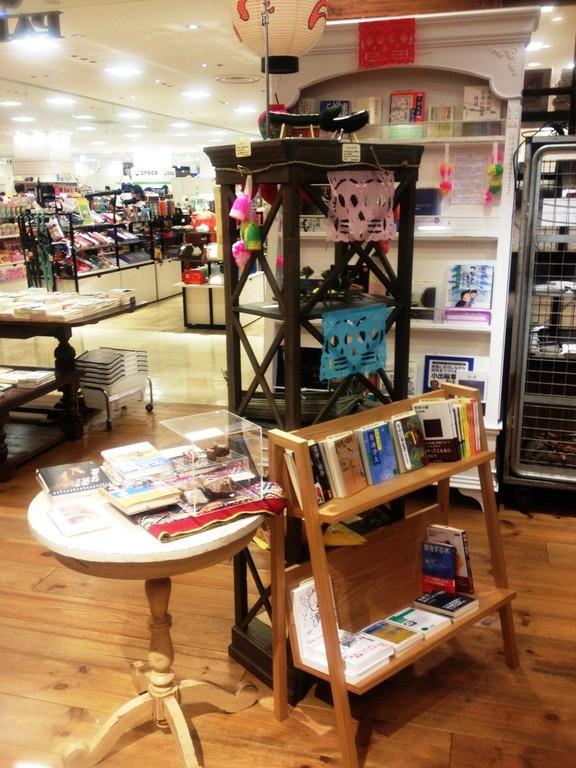 テーブルや本棚には世界の「お盆」関連書、友人たちから寄せられた震災後のおススメ本が並ぶ