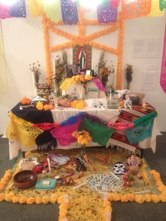 参考写真:死者の日の祭壇(メキシコ大使館で再現されたものを撮影)