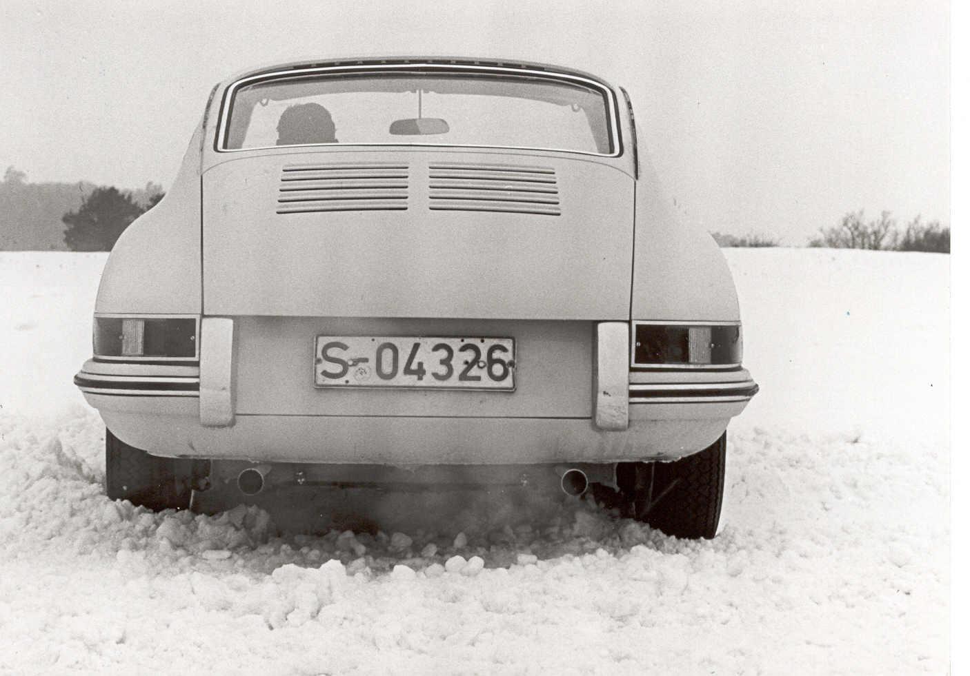 1962: Winter test drive in Weissach / Winter-Testfahrt in Weissach: auffällig sind die noch grob wirkenden Lüftungsschlitze in der Motorhaube