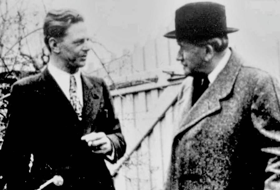 Von 1931 bis 1966: Chefkonstrukteur und Leiter der Karosseriekonstruktionsabteilung bei Porsche. Erwin Komenda und Ferdinand Porsche, ca. 1950.