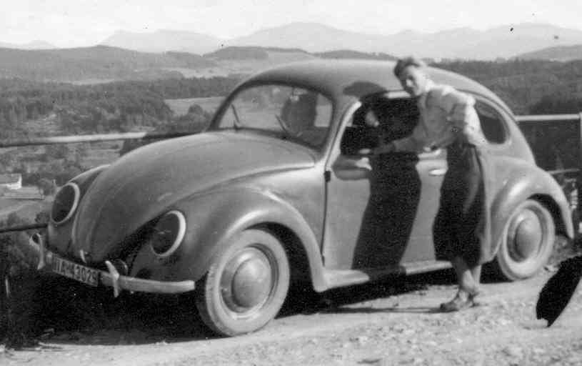 1940: Erwin Komenda mit KdF-Wagen, Scheinwerfer verdeckt