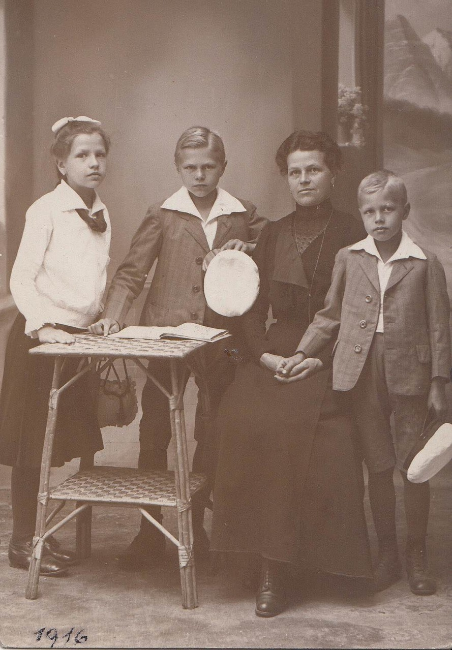 1912: Erwin Komenda mit Mutter und Geschwister Eugenie und Franz / Komenda with his mother, brother Franz and sister Eugenie