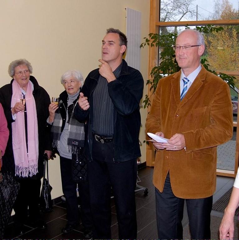Vernissage: Bürgermeister Busch mit Gebärdensprachdolmetscher M.Schmauder-Reichert