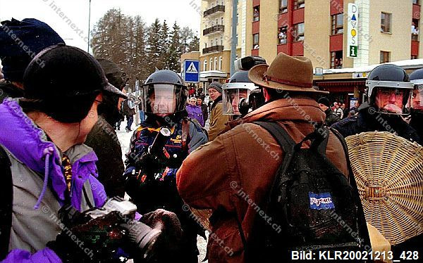 Grossdemonstration gegen das World Economic Forum in Davos mit einem massiven Polizeiaufgebot aus der ganzen Schweiz.(Im Bild: Kantonspolizist Zürich droht mit Gummigeschossgewehr) Kein Durchkommen - auch nicht für die Presse! 29/01/2000.;