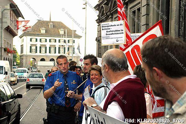 Kundgebung des Gewerkschaftsbundes des Kantons Zürich (GBKZ) gegen Steuersenkungen für die Reichen und Subventionskürzungen vor dem Sitz des Kantonsrates in Zürich. Polizist (Kantonspolizei Zürich) verlangt vom Fotografen (Klaus Rozsa) das Fotografieren e