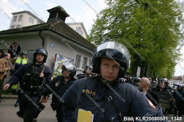 Zeugen unerwünscht: Nach der offiziellen 1. Mai Demonstration in Zürich kam es im Bereich der Langstrasse zu erheblichen Auseinandersetzungen zwischen Polizei und Demonstranten. Und immer wieder: Zugführer der KAPO bei Angriff auf Pressefotografen; Foto: