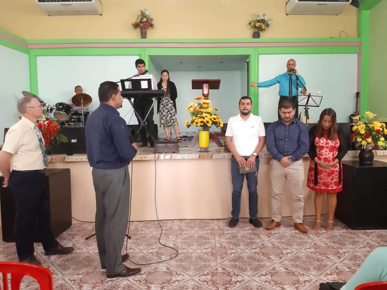 Pastor Jordan leitet den Segnungsteil...