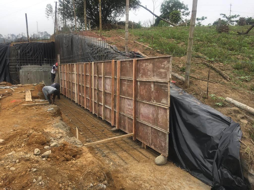 Mauer rechts ist bereit zum betonieren
