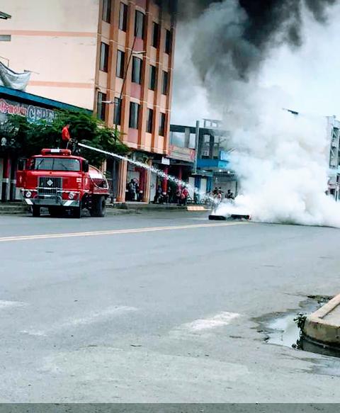 Die Feuerwehr löscht die brennenden Pneus